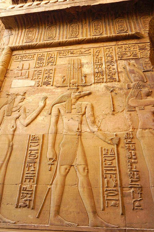 Sobek en templo com combo