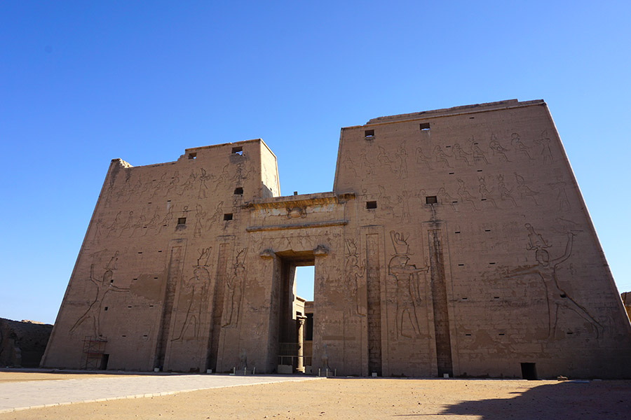 entrada templo de horus edfu