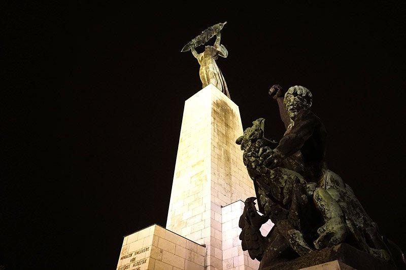 estatua de la libertad en budapest