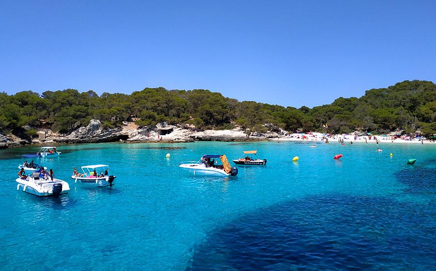 En cala Turqueta hay bastantes barcos, además también paran aquí los barcos de excursiones.