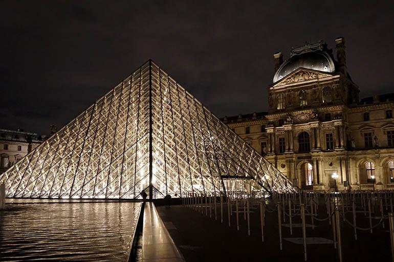 El museo del Louvre de noche