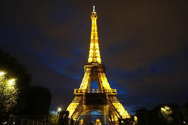 Torre Eiffel de noche iluminada
